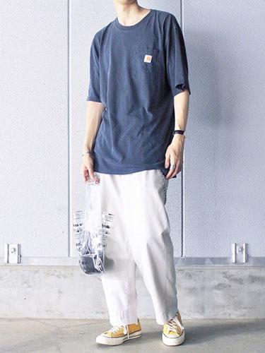 ネイビービッグTシャツ×白ワークパンツ×黄色スニーカー