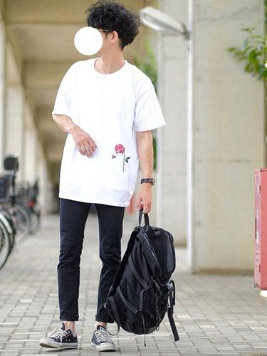 白Tシャツ×黒スキニー×黒オールスター