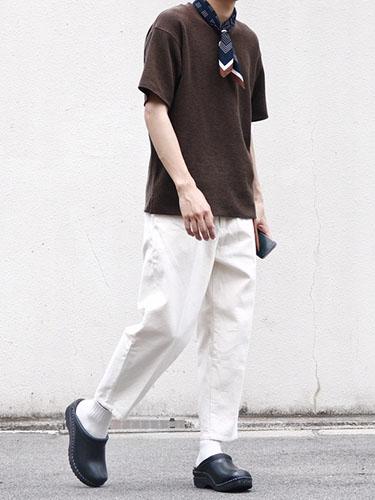 ブラウンTシャツ×白パンツ×黒サボ