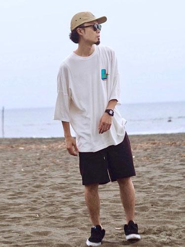 白ビッグTシャツ×ショーツ×黒スニーカー