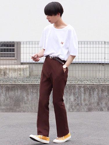 白Tシャツ×ブラウンスラックス×黄色スニーカー