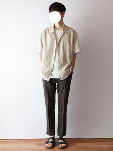 白開襟シャツ×白Tシャツ×グレースラックス