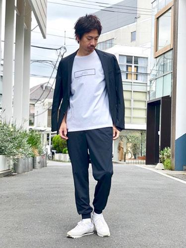 黒ジャケット×白Tシャツ×黒ジョガーパンツ