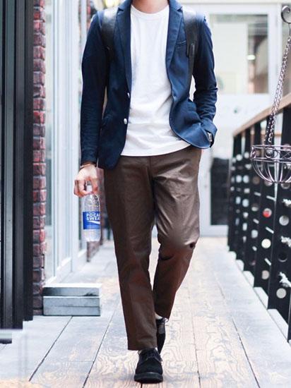 テーラードジャケット×白Tシャツ×ブラウンスラックス