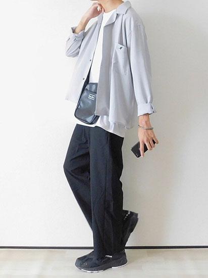 オープンカラーシャツ×白Tシャツ×黒スラックス