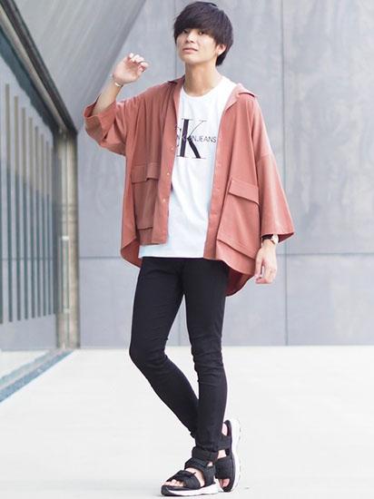 シャツジャケット×ロゴTシャツ×黒スキニー