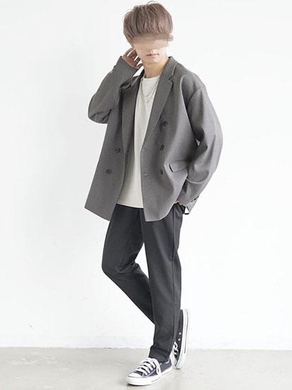 ダブルジャケット×白Tシャツ×黒スラックス