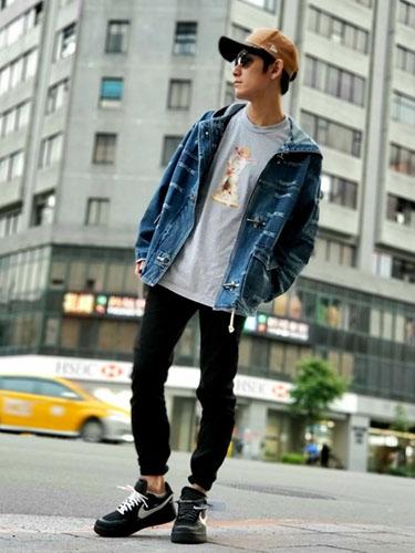 デニムジャケット×プリントTシャツ×黒スキニー