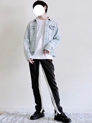 デニムジャケット×白Tシャツ×トラックパンツ