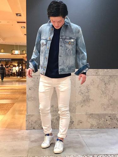 デニムジャケット×ネイビーTシャツ×白デニム