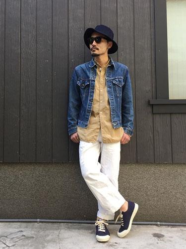 デニムジャケット×ベージュシャツ×白パンツ