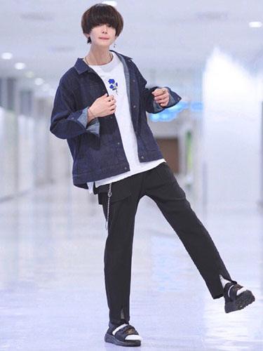 デニムジャケット×白Tシャツ×黒パンツ