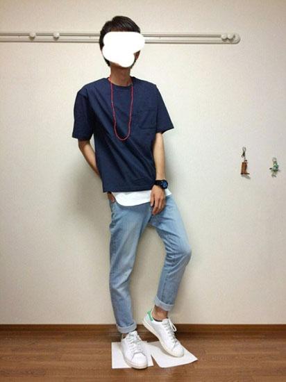 ネイビーTシャツ×デニム×白スニーカー