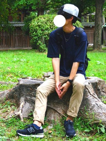ネイビーTシャツ×ベージュパンツ×ネイビースニーカー