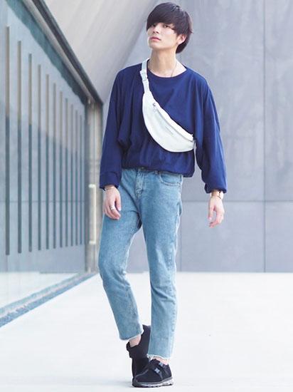 ネイビーTシャツ×デニム×黒スニーカー