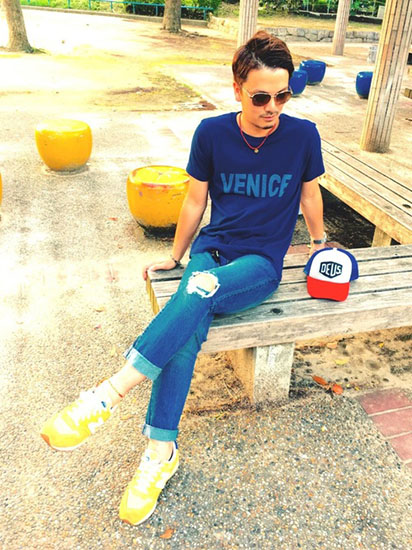 ネイビーTシャツ×クラッシュデニム×黄色スニーカー