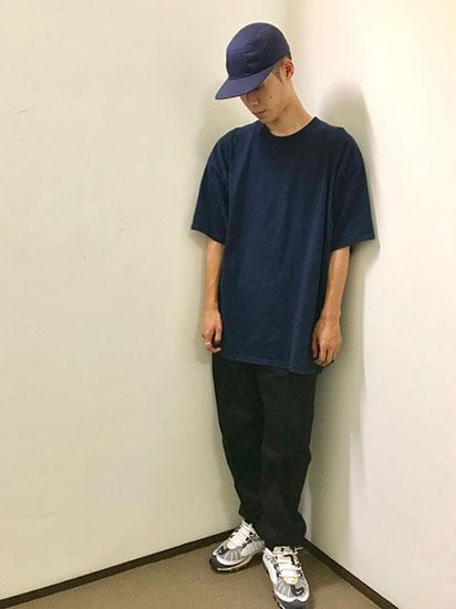 ネイビーTシャツ×黒パンツ×白スニーカー