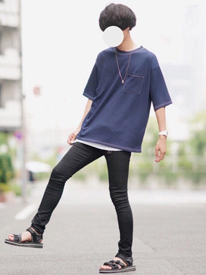 ネイビーTシャツ×黒スキニー×サンダル