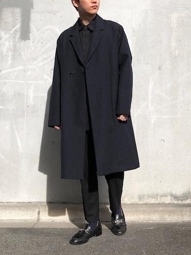 ネイビーコート×黒シャツ×黒パンツ