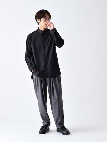 黒シャツ×グレータックパンツ