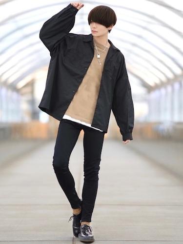 黒シャツ×黒スキニー