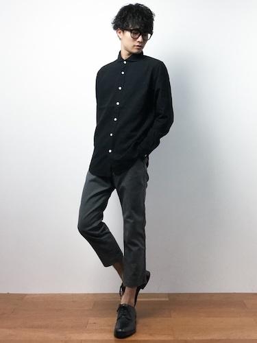 黒シャツ×グレーアンクルパンツ