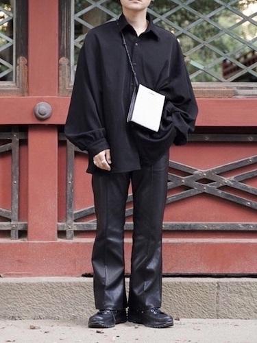 黒シャツ×レザーパンツ