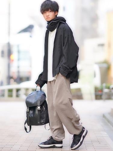 黒シャツ×ベージュワイドパンツ