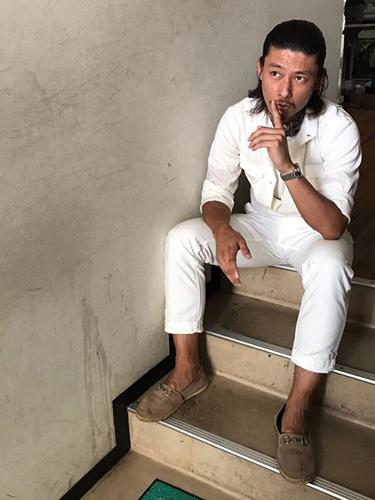 白シャツ×白パンツ×ビットローファー