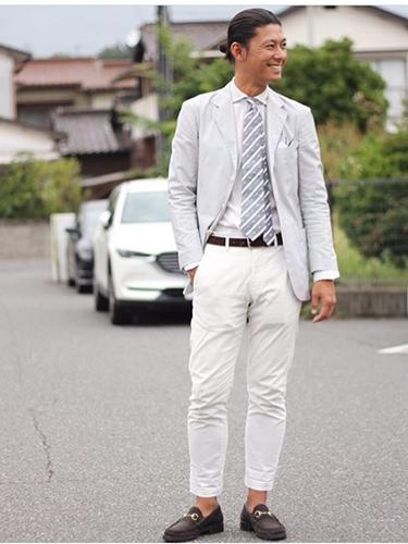 グレージャケット×白シャツ×白パンツ
