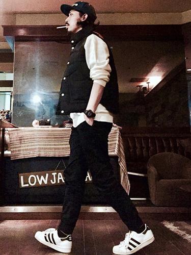 黒ベスト×白スウェット×黒パンツ