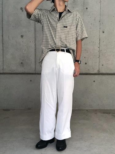チェックシャツ×白パンツ×レザーシューズ