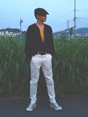 黒シャツ×山吹色タンクトップ×白スキニー