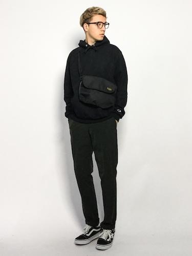 黒パーカー×黒パンツ