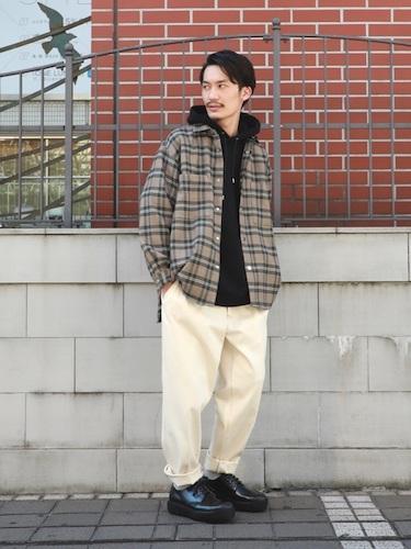 チェックシャツ×黒パーカー×ワイドパンツ