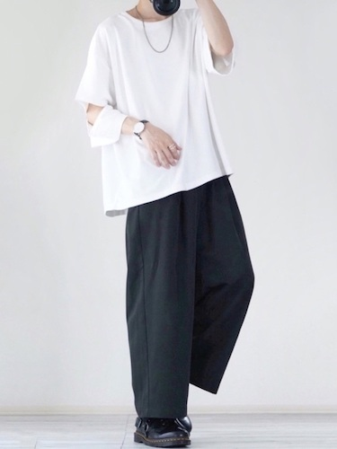 白ビッグTシャツ×黒ワイドパンツ×ダービーシューズ