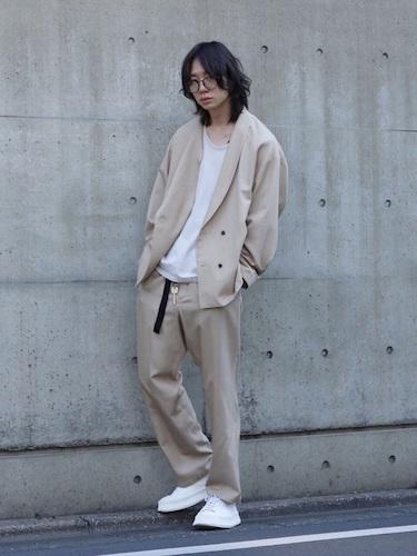 セットアップ×白Tシャツ×白スニーカー