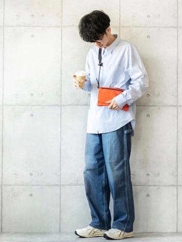ブルーシャツ×ワイドデニム×白スニーカー