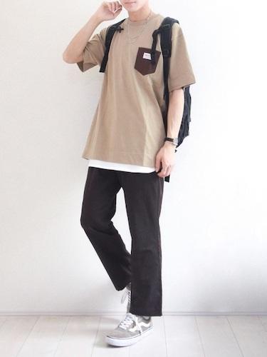 ベージュポケT×白Tシャツ×黒ワイドパンツ