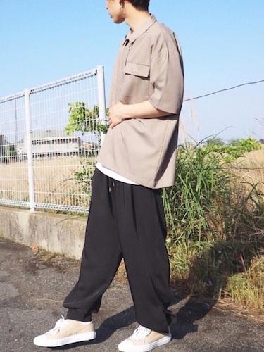 ベージュシャツ×黒ワイドパンツ×ベージュスニーカー