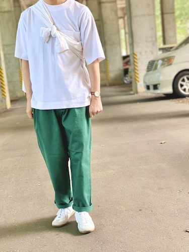 白Tシャツ×シェフパンツ