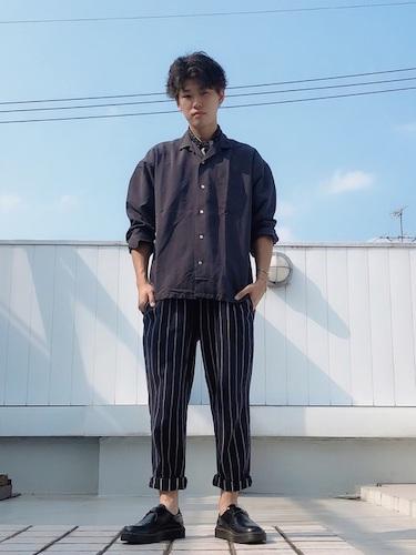 黒シャツ×シェフパンツ