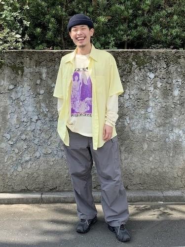 プリントロンT×黄色半袖シャツ×ワイドカーゴパンツ