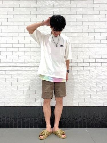白Tシャツ×タイダイTシャツ×ショーツ