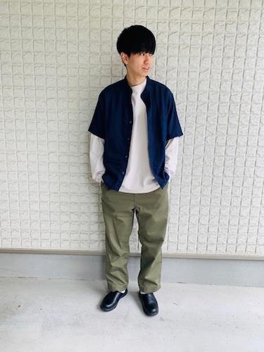 白ロンT×ネイビー半袖シャツ×ワイドパンツ