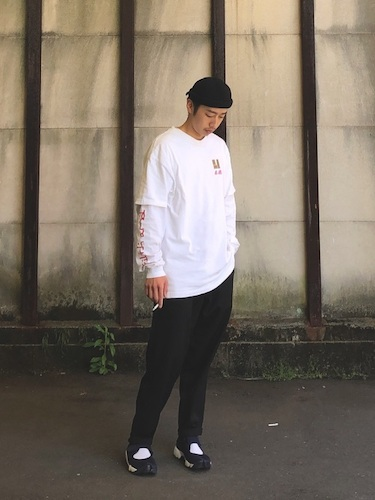 白Tシャツ×白ロンT×黒スラックス