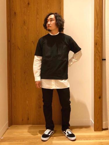 黒Tシャツ×白シャツ×イージースリムパンツ