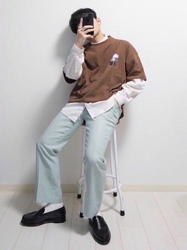 ブラウンTシャツ×白シャツ×デニム