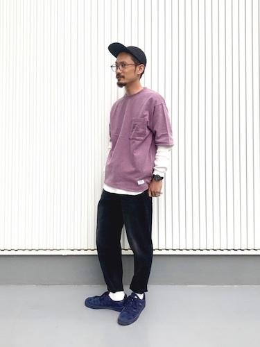 紫ポケットTシャツ×白ロンT×イージーパンツ