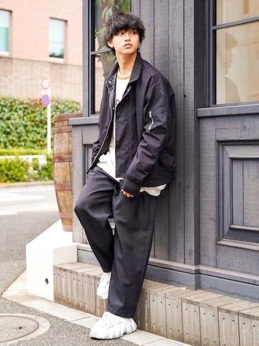 黒オーバーサイズジャケット×白スニーカー